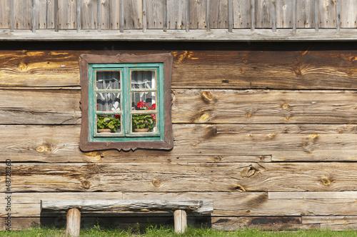 rustykalna-chata-z-oknem