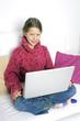 Kind mit Laptop auf Couch