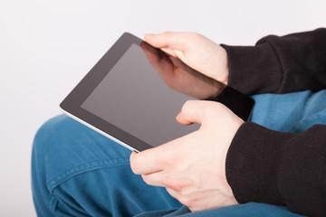 Ein junger Mann arbeitet mit einem Tablet-PC