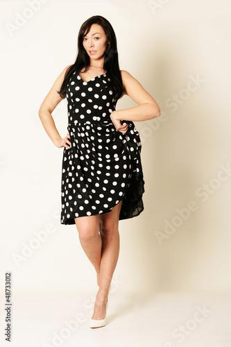 schicke Frau im Kleid