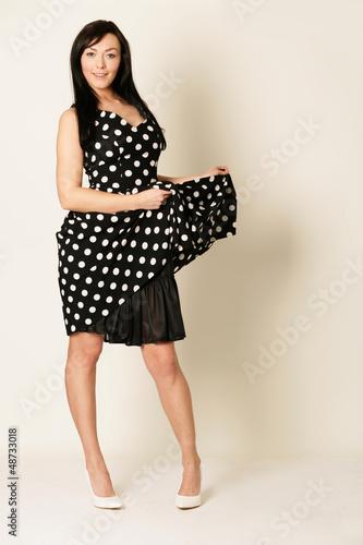junge Frau im Abendkleid