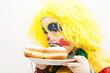 Kleiner Junge als Clown mit Krapfen