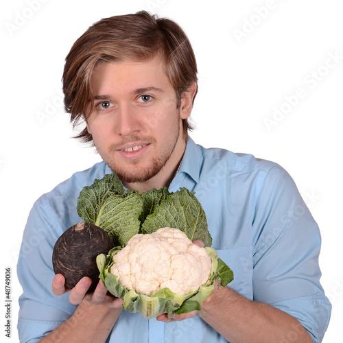 junger mann mit gemüse