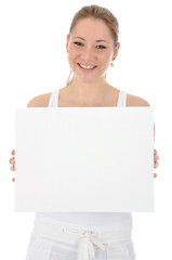 Junge Frau in weißer Kleidung hält leeres Schild