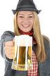 Junge Frau in bayrischer Kleidung mit Maßkrug Bier