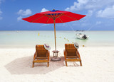 duo de chapeaux sous parasol de plage rouge