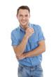 Freundlicher junger Mann mit blauem Hemd