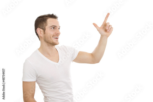 Mann in weißem T-shirt isoliert zeigt etwas