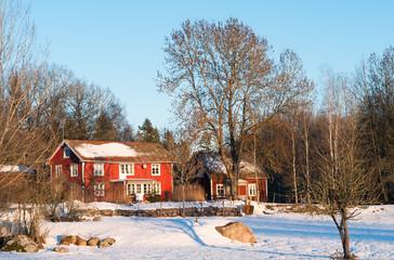 Typisch rote Holzhäuser im winterlichen Schweden