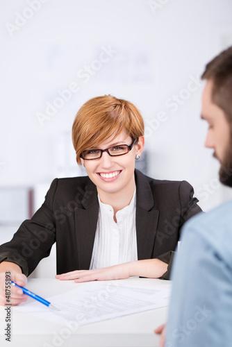 freundliche mitarbeiterin im kundengespräch