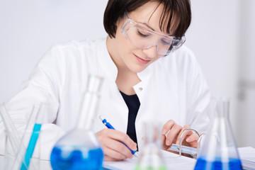 wissenschaftliche mitarbeiterin notiert ergebnisse