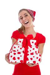 Witziges Mädchen überreicht ein Geschenk