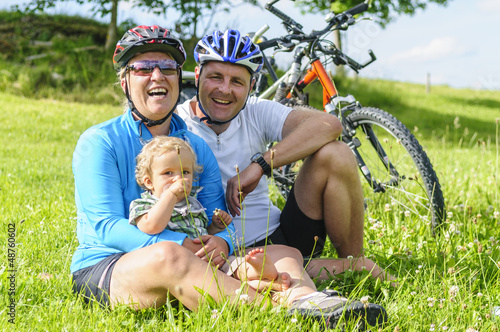 vergnügte Familie bei einer Radtour