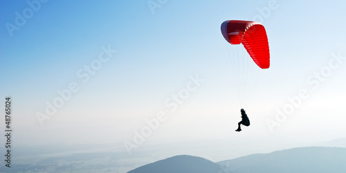 Tuinposter Luchtsport Paragleiter schwebt am Himmel