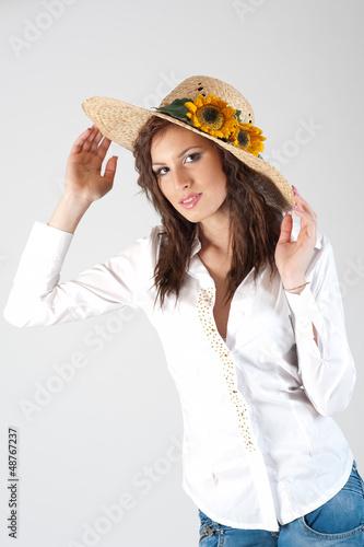 ragazza con cappello di paglia