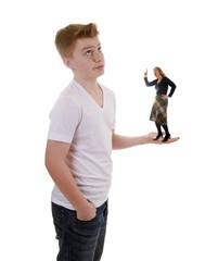 Genervter Teenager mit schimpfender Mutter