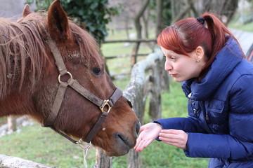 ragazza con il suo cavallo