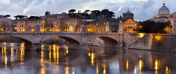 Puente sobre el Tiber y cupula de San Pedro del Vaticano (Roma)