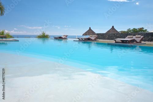 piscine à débordement avec vue sur l'océan