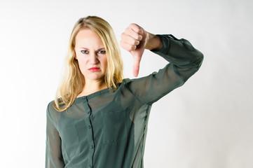 Junge Frau macht zeigt Ablehnung