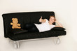 gut gelaunte Frau auf der Couch