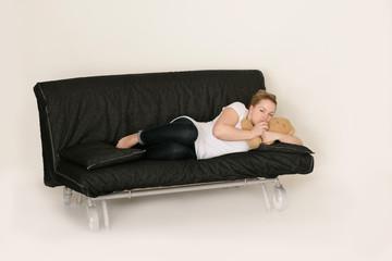 traurige Frau auf der Couch