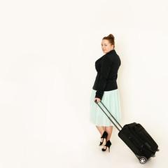 Frau zieht Koffer