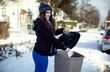 Femme jetant un papier dans une poubelle