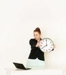 Geschäftsfrau mit Laptop und Uhr