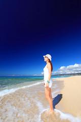 野甫島のビーチで寛ぐ女性