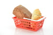 Brot  und Croissant im Einkaufskorb