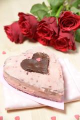 Kuchen in Herzform mit Rosenstrauß
