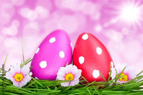rote Ostereier mit rosa Hintergrund