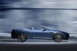 Offener Sportwagen vor futuristischer Kulisse