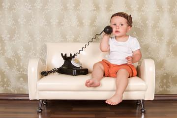 süßes mädchen telefoniert