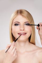 Attraktive Frau im Beautysalon