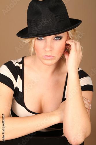 Blonde Frau mit Hut