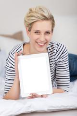 lächelnde frau zeigt etwas am tablet-pc
