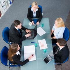 junges team sitzt gemeinsam in einer besprechung