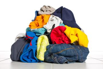 Schmutzwäsche Haufen / Berg in der Waschküche - Waschtag
