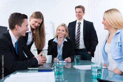 junges team bei einer schulung