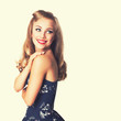attraktive junge blonde Frau im Vintage Look