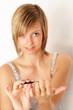 Frau feilt sich ihre Nägel