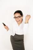 Geschäftsfrau freut sich über ein Telefonat