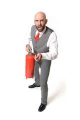 Ängstlicher Geschäftsmann mit Feuerlöscher