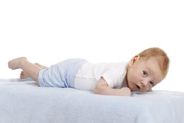 Männlicher Säugling liegt auf dem Bauch