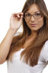 Junge Frau mit Brille lacht in die Kamera