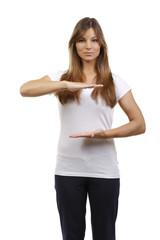 Frau im weißen Shirt zeigt die Größe mit den Händen