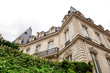 Villa mit Balkon und Zaun in Paris