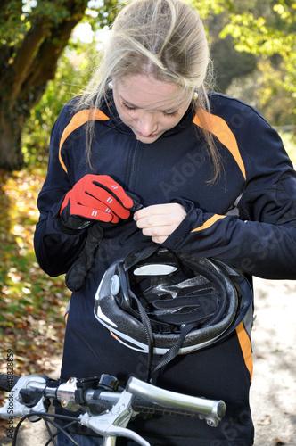 Radfahrerin setzt Fahrradhelm auf